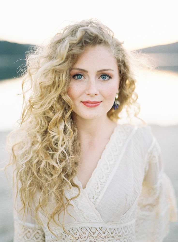 33 Modern Curly Hairstyles That Will Slay On Your Wedding Day A